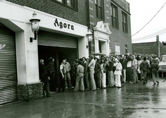 may-2,-1977---crowd-outside-agora-waits-in-the-rain-to-be-admitted-to-the-southside-johnny-show